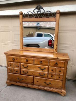Dresser w / Mirror for Sale in Tolleson, AZ