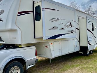 2007 Montana 37ft 5th Wheel W/4 /Slides for Sale in Pasadena,  TX