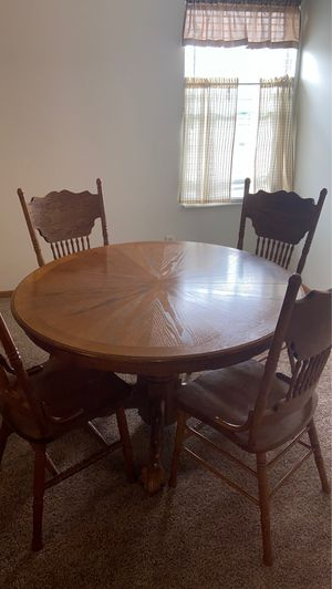 Oak dining room table w/ leaf for Sale in CANAL WNCHSTR, OH
