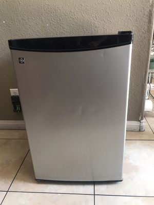 Mini fridge excellent condition for Sale in Henderson, NV