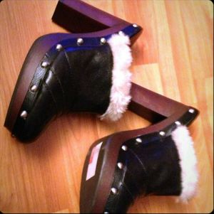 Leather & fur platform clogs in perfect condition size 9 for Sale in Baltimore, MD