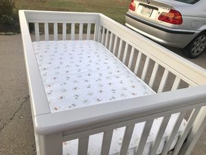 BRAND NEW CRIB WITH BRAND NEW ORGANIC COTTON SHEET for Sale in Smyrna, TN