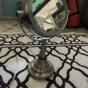 Makeup Mirror W/ Light for Sale in Lake Elsinore, CA