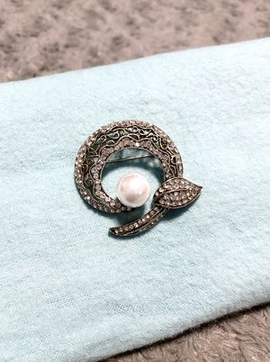 Women's stunning vintage pearl pendant with stones. Like new! Costume jewelry no fading or tarnish. Super classy great classic look! for Sale in Washington, DC