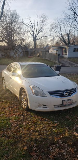 Nissan altima 2010 for Sale in Indianapolis, IN