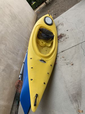 Fusion 124 Kayak- including life vest and paddle! for Sale in Pasadena, CA