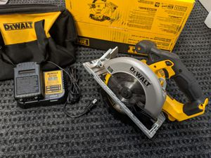 Like new DeWalt 20-volt circular saw with charger battery and carrying bag for Sale in Palo Alto, CA