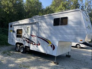 2005 Ragen fifth wheel toy hauler 29Ft excellent condition for Sale in Puyallup, WA
