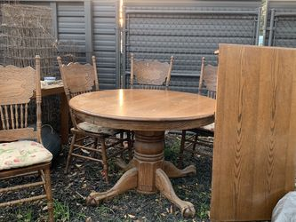 Round Oak Table 4 Chairs With 2 Ft Extension. for Sale in Fresno,  CA