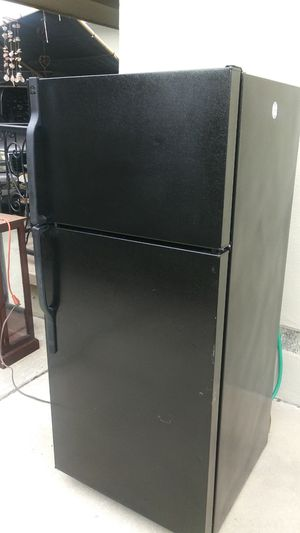 GE 28w28d64.75h refrigerator/freezer for Sale in Los Angeles, CA