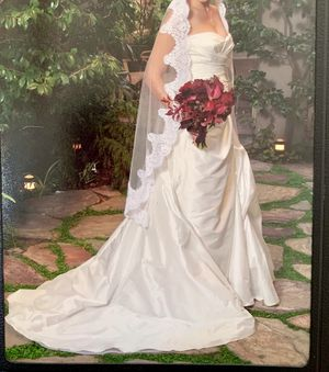 Wedding dress size 6 and veil for Sale in Orinda, CA