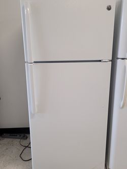 Ge Top Freezer Refrigerator Used Good Condition With 90day's Warranty for Sale in Mount Rainier,  MD