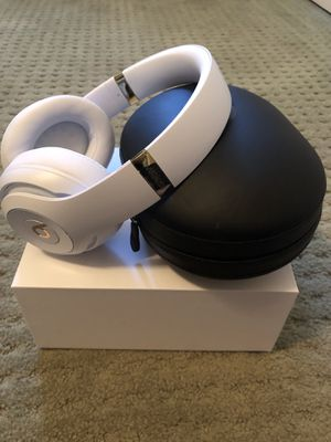 Beats By Dre Studio 3 bluetooth headphones in White for Sale in Santa Monica, CA
