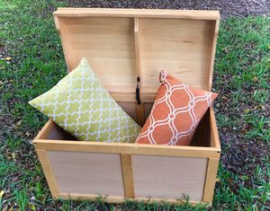 Trunk / Toy Chest complete with blanket + 2 cushions for Sale in Delray Beach, FL