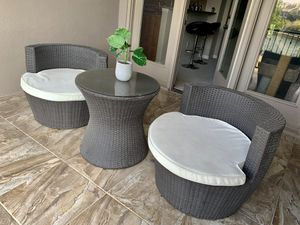 Barely used Outdoor furniture set. 2 chairs and a table for Sale in Irving, TX