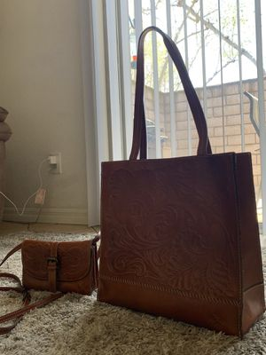 Patricia Nash crossbody leather women's Bag. Patricia Nash small and large leather purse used. for Sale in Chino, CA