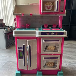 A toddler's kitchen 2 1/2 feet tall good condition for Sale in Palos Verdes Estates, CA