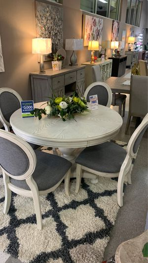 5 Piece Round kitchen table for Sale in Fresno, CA