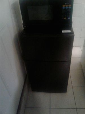 Mini Fridge w/ Freezer and Microwave for Sale in Framingham, MA
