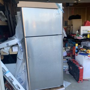 Frigidaire 20.4 cu. Ft Top Freezer Refrigerator for Sale in Byron, CA