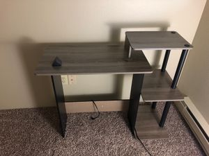Small desk and lamp for Sale in Bothell, WA