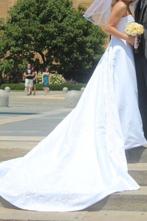 Wedding dress size 2 with Free Accessories for Sale in Philadelphia, PA