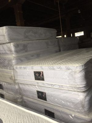 Queen duboal side pillow top mattress and box spring for Sale in Chicago, IL
