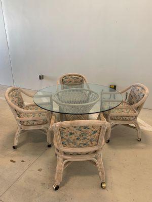 BEAUTIFUL DINNING / KITCHEN PATIO TABLE w FOUR CHAIRS IN GREAT CONDITION - Price asked or Best Offer - delivery is negotiable for Sale in Coconut Creek, FL