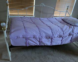 Antique white frame twin daybed for Sale in Alpharetta,  GA