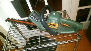 """Black and Decker 16"""" electric hedge trimmer TR255 for Sale in Lutz, FL"""