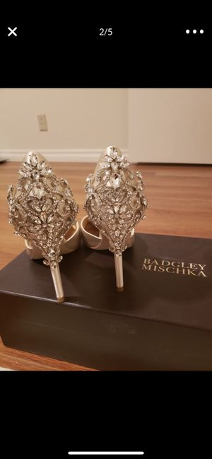 BADGLEY MISCHKA GORGEOUS CRYSTAL embellished pointed Toe Pump for Sale in Long Beach, CA