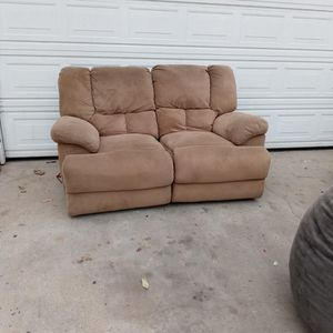 Good Couch Recliners electric $20 Obo for Sale in Chula Vista, CA