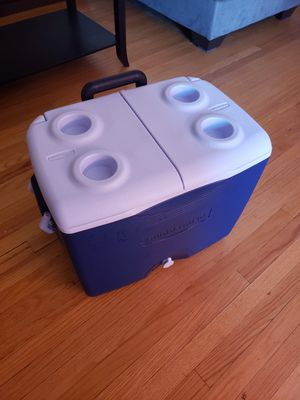 Rubbermaid cooler 45qt with wheels for Sale in Chicago, IL