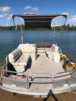 21 Voyger Pontoon Boat 2001(like new) with double axle trailer and tent. for Sale in HALNDLE BCH, FL