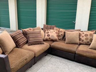 Sectional Couch *FREE DELIVERY* for Sale in Finleyville,  PA