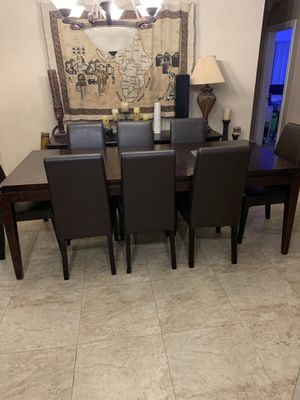 Dining room table with 8 chairs for Sale in Miami Gardens, FL
