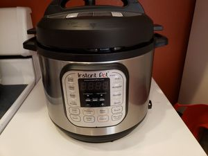 Instant Pot w/accessories 6 qt 7-in 1 for Sale in Gilbert, AZ
