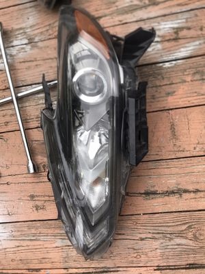 2017 Nissan Altima headlight assembly with bulbs for Sale in Chantilly, VA
