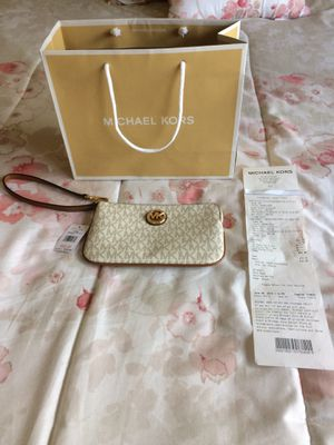"Michael Kors Vanilla Wristlet ""Authentic"" for Sale in Columbus, OH"