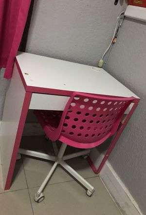 Desk with chair for Sale in Hialeah, FL
