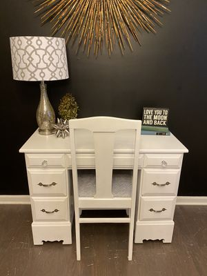 Cute white desk and chair for Sale in Fuquay-Varina, NC