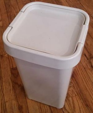Sterlite 27 Quarts Storage Bin Laundry Container Lid for Sale in Queens, NY