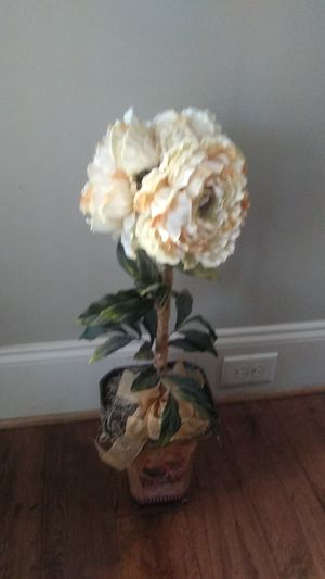 Very Nice Decorative Flowers & Vase (Fake Flowers) for Sale in Kennesaw, GA