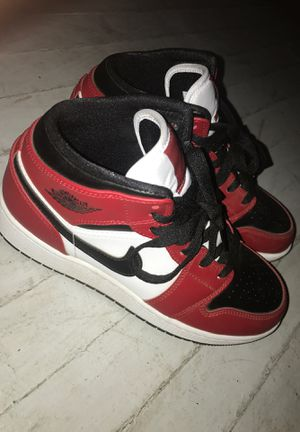 Air Jordan 1 Mid size 5 for Sale in Fresno, CA