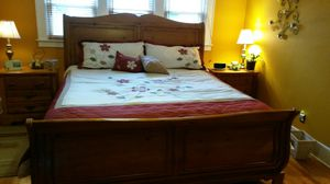 King headboard/foot board w new mattress. And box spring for Sale in Syracuse, NY