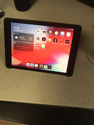 iPad 5th gen 32 gb WiFi space grey for Sale in Alexandria, VA