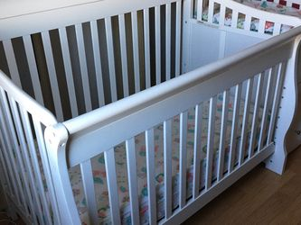 Crib With Changing Table W/ 5 Mattress Covers for Sale in El Sobrante,  CA