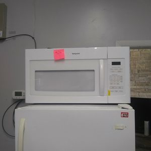 Brand New Hotpoint Microwave Oven With Lite Scratch And Dent for Sale in Elkridge, MD