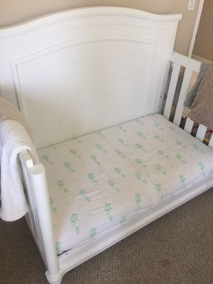 Convertible crib/toddler's bed and changing table/drawers for Sale in Boca Raton, FL