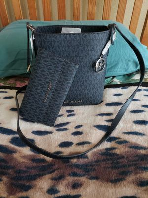 Michael Kors Small Bucket Bag and Wallet Set for Sale in MD CITY, MD